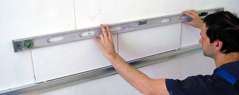 Для проверки плоскости нужно иметь длинный уровень или правило