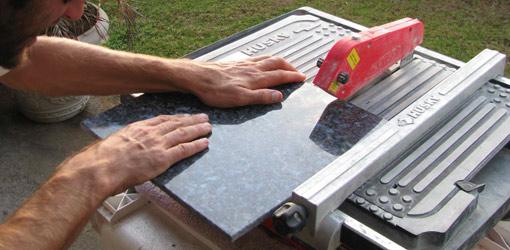 Используем электрический плиткорез для точной подрезки