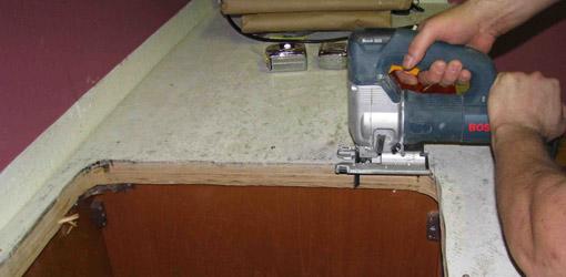 Вырезаем отверстие под раковину лобзиком