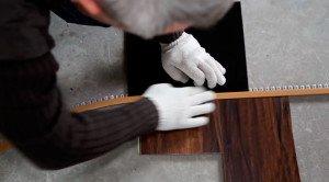 Профиль держится за счет прижимания плиткой