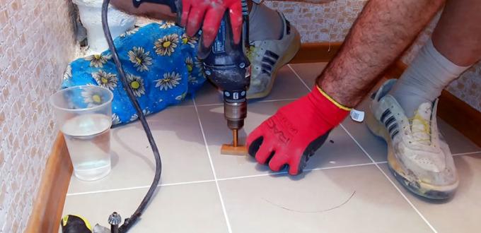 Сверление отверстия под унитаз коронкой 6 мм через самодельный кондуктор