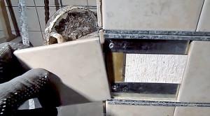 Вставляем керамическую плитку в рамку