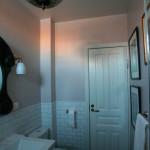 Уровень облицовки - чуть выше ванной и умывальника
