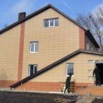 chastnyj-kottedzh-s-fasadom-iz-keramogranita