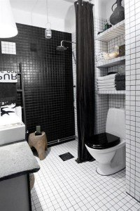 Ванная в чёрно-белом стиле. Интерьер дополняется чёрными аксессуарами: крышка унитаза, занавеска, полотенца.