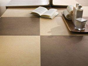 На полу используется только тёмная матовая плитка. На ней не будет скользко и не видно въевшейся грязи.