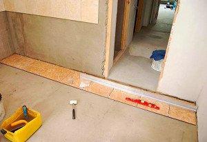 Укладка на ровные стены и пол будет быстрее и качественнее