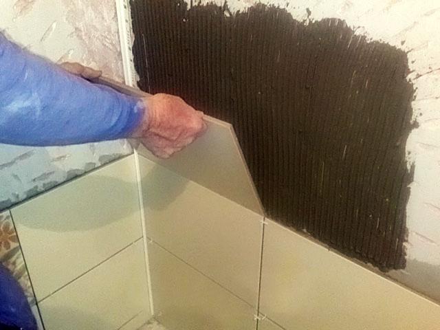 Как положить плитку на неровную стену своими руками