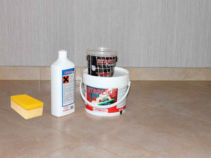 Двухкомпонентная эпоксидная затирка Litokol и чистящее средство (концентрат) для удаления налёта.