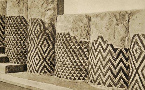 Из розеток, треугольников, зигзагов составлялись простые геометрические орнаменты. Помимо декоративной пользы, мозаика здесь защищает несущую конструкцию от влаги и выветривания.