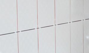 Очищаем швы от остатков клея и вытаскиваем крестики