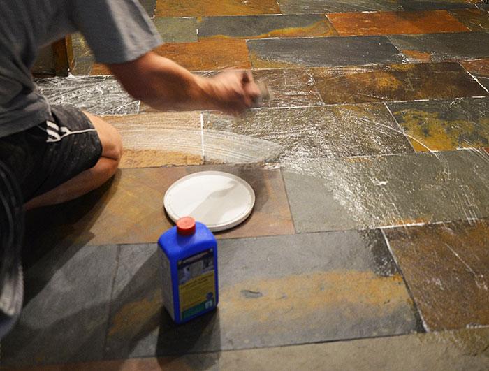 Некоторые виды плитки покрываются полностью, для защиты от проникновения влаги. На фото — пропитка ProtectGuard MG.