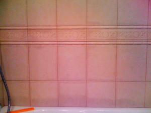 Швы в ванной пропускают влагу. Неправильная затирка и экономия на пропитке испортили весь результат.