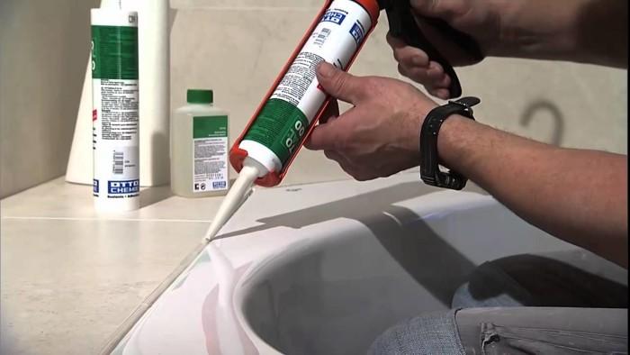 Силиконовая затирка используется на деформационных швах: между ванной и стеной, на границе сантехнических люков, между комнатами в дверных проёмах.