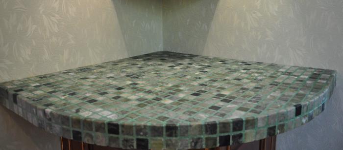 Помимо кухонной столешницы, сделал по такой же технологии вот такой угловой стол с мозаикой.
