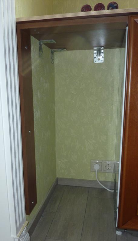 С одного торца столешницы будет стоять встраиваемый морозильник, к которому нет шкафа. Поэтому с этой стороны фанера прикреплена к стене на уголки. Снизу покрасил фанеру в цвет кухонного гарнитура.