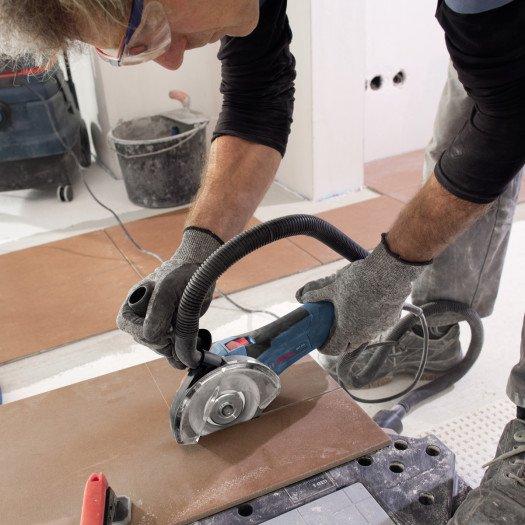 К плиткорезу Bosch GCT 115 Professional можно подключать пылесос и менять насадку: диск для резки плитки или алмазные коронки.
