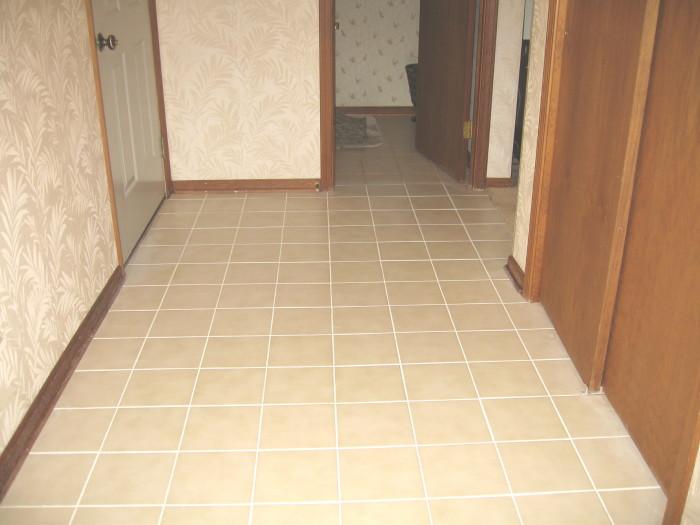 Белые швы плитки на полу.