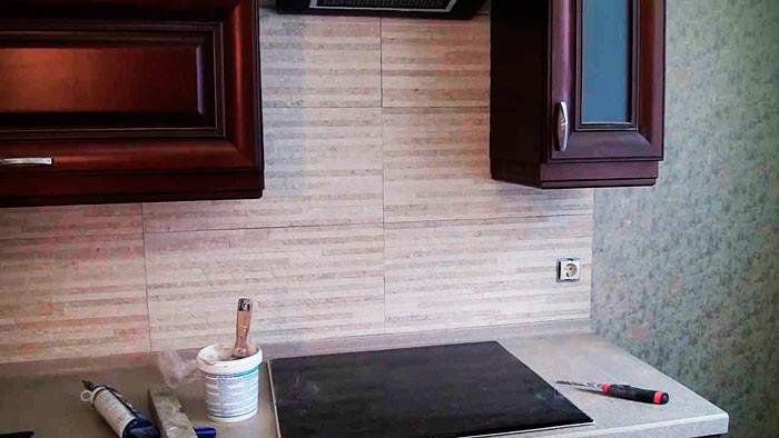 Бесшовная плитка на кухонном фартуке.