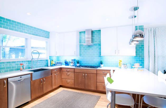 Стены на кухне выложены голубой плиткой «кабанчик» с белыми швами.