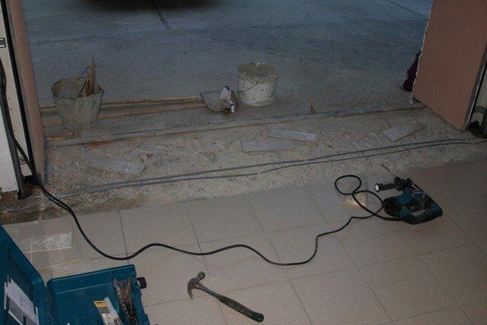 В холодных регионах, чтобы не возникло проблем с примерзанием ворот к полу, под плитку укладывается саморегулирующийся греющий кабель.