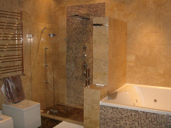 Облицовка ванной комнаты каменной мозаикой.