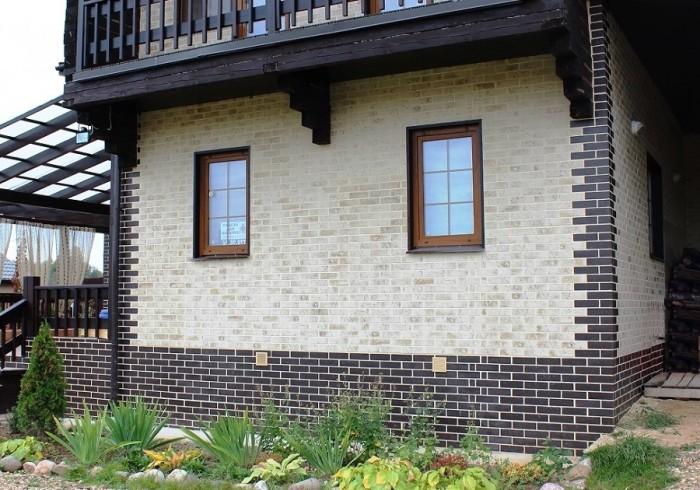 Фасад облицованный клинкерной плиткой очень похож на кирпичную кладку.