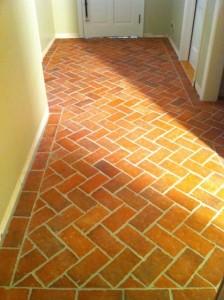 Клинкерная напольная плитка для коридора под кирпич. Раскладка ёлочкой с бортиком по периметру.