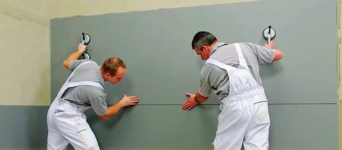 Укладка крупноформатного керамогранита на клей Ветонит Ультра Фикс. Смесь наносится на стену и плитку для улучшения адгезии.