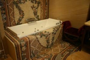 Ковёр из мозаики вокруг ванной. Ручная работа.