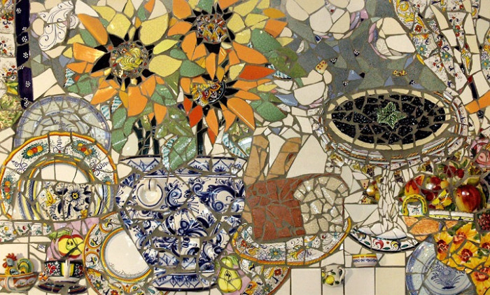 Рельефная мозаика из осколков керамики.