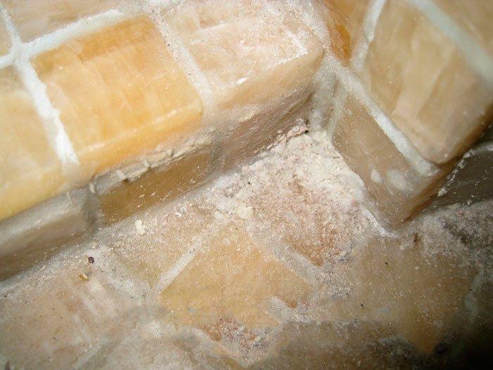 Новая мозаика испорчена эпоксидным налётом с грязью.