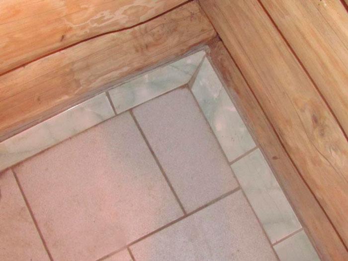 По краям под углом 45 градусов положен плинтус из керамической плитки.