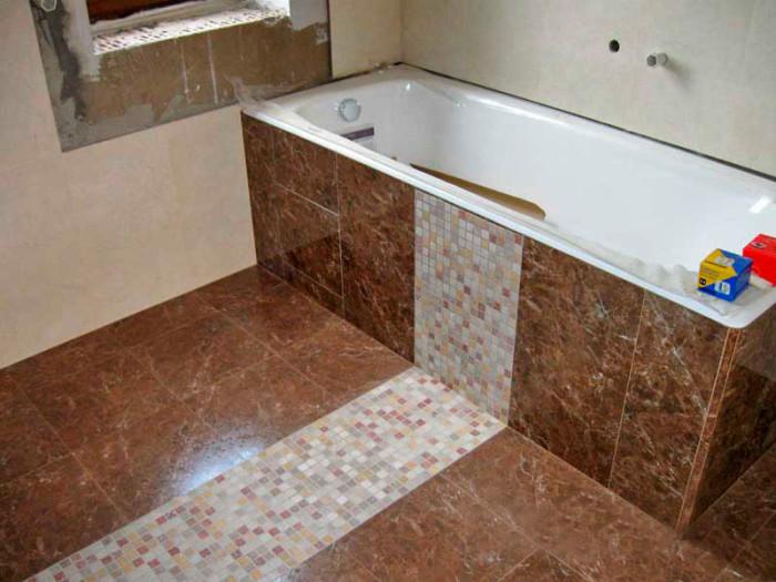 Мозаика хорошо комбинируется с обычной плиткой.