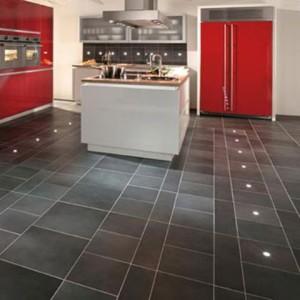 Плитка для кухни на пол разнообразна: разработаны даже плиты со встроенными светодиодными лампами.