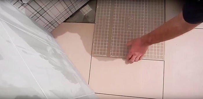 Остальные подрезки делаются без шаблона. Просто переворачиваем плитку, совмещаем её со швами и отмечаем линию отреза.