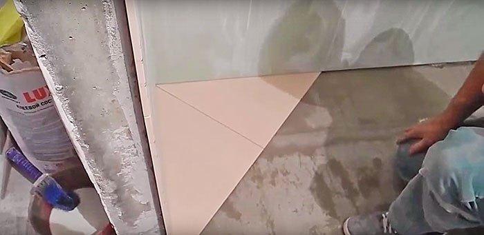 Стены неровные, проверяем размер швов.