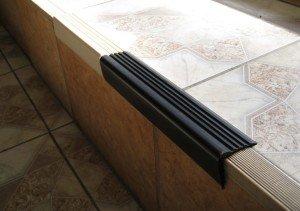Накладной уголок с резиновой насадкой используется при облицовке лестниц для предотвращения скольжения.