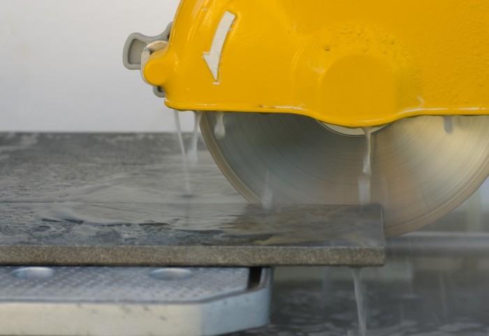Электрический плиткорез с водяным охлаждением.