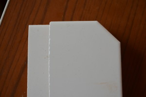 Дешёвые плиткорезы режут со сколами из-за люфта ролика и плохого нажима.