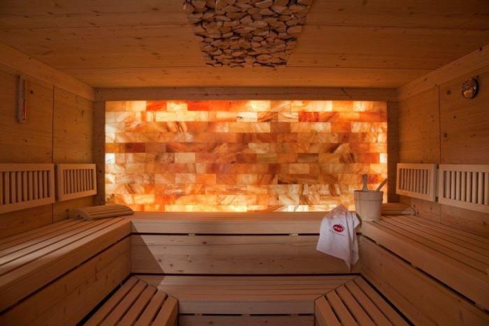 Как вариант, отдельные участки бани можно облицевать соляной плиткой, представляющей собой полупрозрачный фрагмент солевой породы. Кроме впечатляющего интерьера (большое подспорье в этом цветная подсветка), вы получите уникальный лечебный микроклимат.