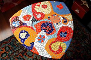 Столик из яркой мозаики.