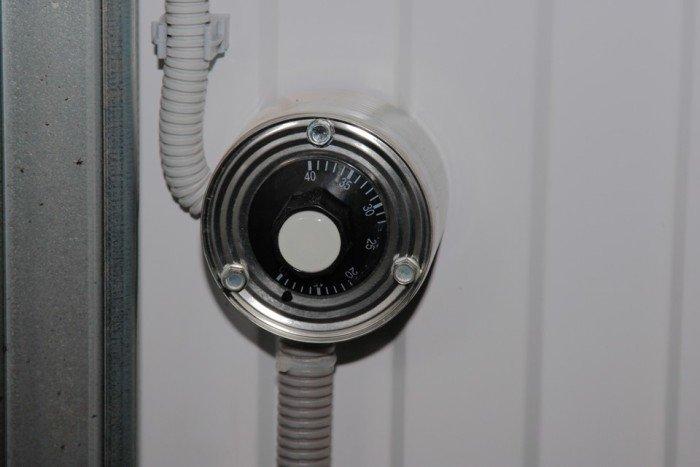 Кабель подключается к терморегулятору, который питается через автомат.