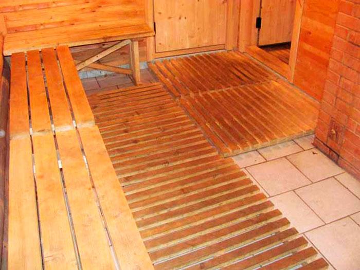 В опасных зонах на пол нужно постелить деревянный трап. Зимой по нему будет не холодно ходить босиком.