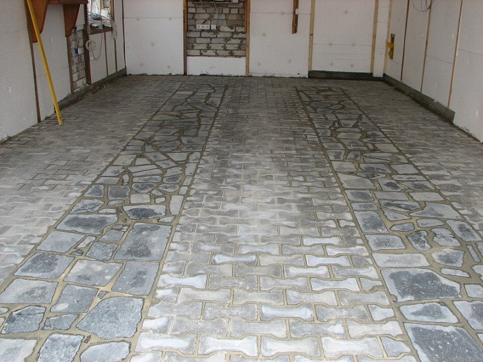 Тротуарная плитка в гараже.