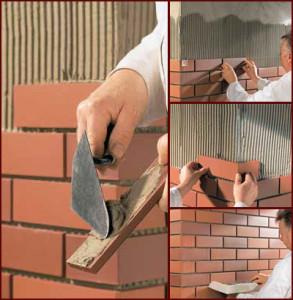 Клей наносится на стену. Дополнительно тонким слоём «на сдир» грунтуется каждая плитка.
