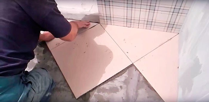 После прижатия есть ещё 10—20 минут, чтобы выровнять плитку.