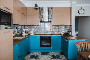 Узорная плитка на полу в кухне дополняет дизайн фартука.