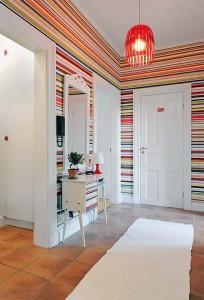 Клинкерная плитка и яркие стены в коридоре.
