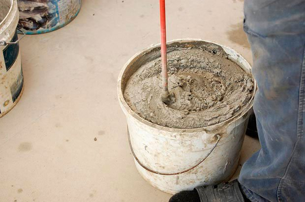 Клей затворяется водой в заданных производителем пропорциях и перемешивается 3—5 минут. Нужно дать смеси настоятся 10 минут и заново перемешать её перед использованием.